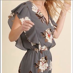 Umgee Pants - Umgee L gray white floral romper EUC